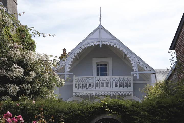 Veules-les-Roses-maison-balcon-dentelle-_-A.-GOUVERNEL-LPBVF.jpg