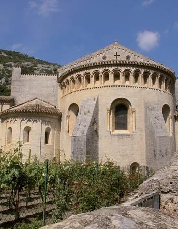 Saint-Guilhem-le-Désert-chevet-abbaye-de-Gellone-_-OTI-Saint-Guilhem-le-Désert-Vallée-Hérault.jpg